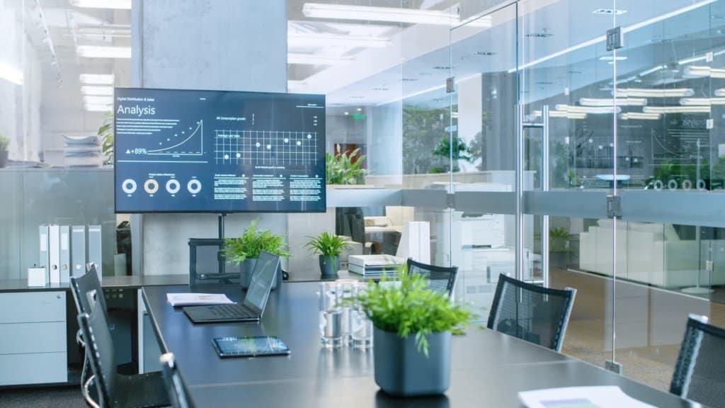 écran d'affichage dynamique accroché au mur dans une salle de réunion